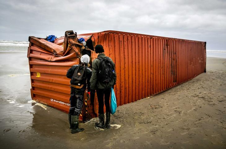Un des 270 conteneurs perdus par le navire porte-conteneurs MSC Zoe échoué sur les côtes de l'île de Schiermonnikoog, aux Pays-Bas, le 4 janvier 2019. : Remko de Waal:EPA:MaxPPP